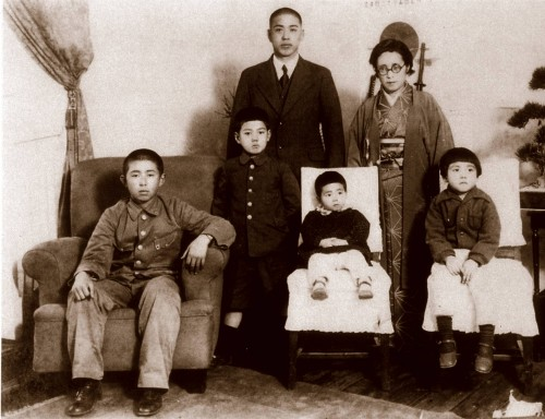 1940 Ohshima Family group photo taken New Year's Day. Sitting in the front row LR is Haruo (oldest son), Tsutomu (standing), sisters Kimiko, and Keido. Standing in the back is Fusakichi (father) and Sato (mother).